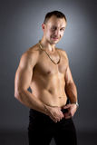 Studioporträt des lächelnden Mannes mit dem nackten Torso Stockfotos