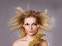 Studioporträt des schönen blonden Mädchens stockbilder