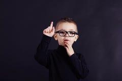 Studioporträt des wachsamen Kindes im Pullover und in den Gläsern Stockfoto