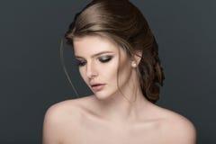 Studioporträt einer schönen jungen Frau mit dem braunen Haar stockfotografie