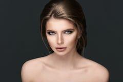 Studioporträt einer schönen jungen Frau mit dem braunen Haar lizenzfreies stockbild