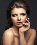 Studioporträt einer schönen jungen Frau mit dem braunen Haar lizenzfreie stockfotografie