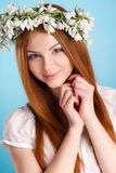 Studioporträt eines Mädchens im Kranz von Blumen Stockbilder