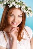 Studioporträt eines Mädchens im Kranz von Blumen Stockfoto