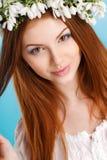 Studioporträt eines Mädchens im Kranz von Blumen Stockfotografie