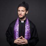 Studioporträt: ernster Pastor stockfotos