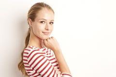 Studioporträt hübschen junge Frau lookig an der Kamera und am Lächeln bei der Stellung an lokalisiertem weißem Hintergrund und de lizenzfreie stockbilder