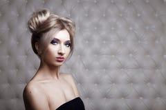 Studioporträt von einem sexy blonden lizenzfreies stockfoto