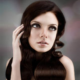 Studioportrait der jungen sinnlichen Frau stockbild