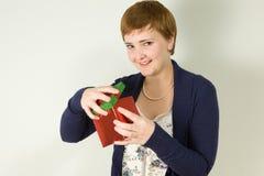 Studioportrait des Holding-Geschenkkastens der jungen Frau Lizenzfreies Stockfoto