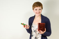 Studioportrait des Holding-Geschenkkastens der jungen Frau Stockfotografie