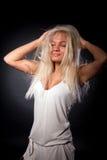 Studioportrait des netten Mädchens spielend mit ihrem Haar stockbilder