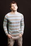 Studioportrait von einem stattlichen jungen Mann Stockfotografie
