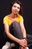 Studioportrait von einer beiläufigen mittleren gealterten Frau stockfotos