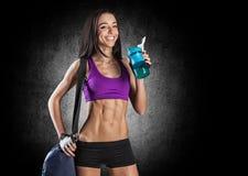 Studioportret die van een jonge mooie sportieve vrouw, bot houden Stock Fotografie