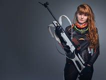 Studioportret van een kampioen van roodharige vrouwelijke Biathlon royalty-vrije stock afbeelding
