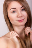 Studioportret van een mooie jonge vrouw Stock Fotografie