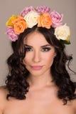 Studioportret van een mooie vrouw met kroon Royalty-vrije Stock Foto's