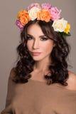 Studioportret van een mooie vrouw met kroon Royalty-vrije Stock Foto