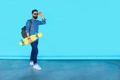Studioportret van het jonge modieuze hipstermens stellen royalty-vrije stock fotografie