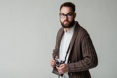 Studioportret van hipsterfotograaf Stock Afbeeldingen