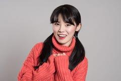 Studioportret van jaren '20 Aziatische vrouw die geluk in diverse acties uitdrukken Stock Foto's