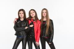 Studioportret van jonge aantrekkelijke Kaukasische tienermeisjes die bij studio stellen royalty-vrije stock foto