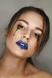 Studioportret van jonge mooie vrouw met creatieve kleurrijke make-up Royalty-vrije Stock Afbeeldingen