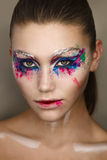 Studioportret van jonge mooie vrouw met creatieve kleurrijke make-up Stock Foto