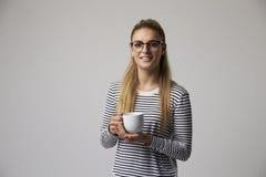Studioportret van Jonge Onderneemster Drinking Coffee stock fotografie