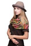 Studioportret van jonge vrouw in hoed Stock Foto's