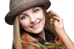 Studioportret van jonge vrouw in hoed Stock Afbeelding