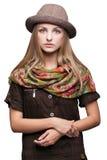 Studioportret van jonge vrouw in hoed Stock Afbeeldingen