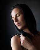 Studioportret van Kaukasische vrouw met zwart lang haar stock foto's