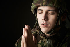 Studioportret van Militair In Uniform Praying stock fotografie