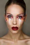 Studioportret van mooie verraste vrouw met creatieve kleurrijke make-up Royalty-vrije Stock Foto's