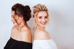 Studioportret van twee jonge mooie vrouwen stock fotografie