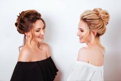 Studioportret van twee jonge mooie vrouwen stock foto