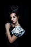 Studioportret van verrukte koningin stock foto