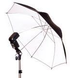 Studioröhrenblitz mit dem Regenschirm lokalisiert Lizenzfreie Stockfotografie