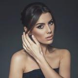 Studioschönheitsporträt der jungen Frau Stockfoto