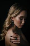Studioschönheitsporträt der jungen Frau grünen Ring und Ohr tragend lizenzfreie stockbilder