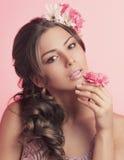 Studioschönheitsporträt der jungen Frau mit Blumen Lizenzfreies Stockfoto