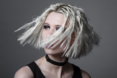 Studioschönheitsporträt der jungen Frau mit schwarzem grafischem Make-up Stockfoto