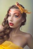 Studioschönheitsportrait mit gelbem Vogel Stockbilder
