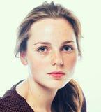 Studioschönheit Porträt der lächelnden jungen und glücklichen Frau mit Sommersprossen Lokalisiert auf Weiß Stockbilder