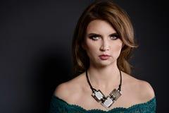 Studioschoonheid van vrouw met de halsband die van de vuursteensteen wordt geschoten Stock Foto