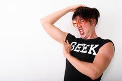 Studioschot van de jonge grappige nerdmens die weerzinwekkend terwijl smel kijken royalty-vrije stock foto's