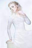 Studioschuß eines tragenden weißen Kleides der jungen Schönheit stockfotos