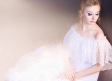 Studioschuß eines tragenden weißen Kleides der jungen Schönheit lizenzfreie stockfotos